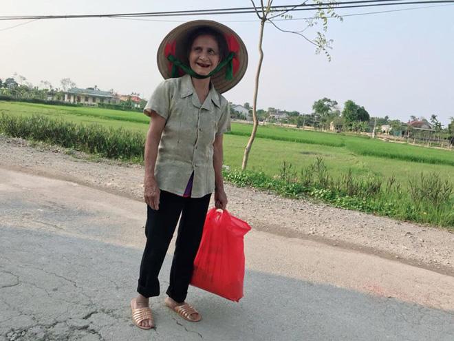 2 em nhỏ đập lợn tiết kiệm, các cụ già mang rau, gạo ủng hộ phòng dịch Covid-19 ở Nghệ An, Hà Tĩnh - Ảnh 4.