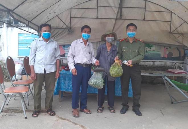 2 em nhỏ đập lợn tiết kiệm, các cụ già mang rau, gạo ủng hộ phòng dịch Covid-19 ở Nghệ An, Hà Tĩnh - Ảnh 5.