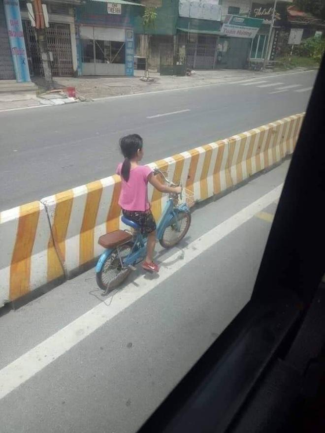 Che cho cô bé đi xe đạp khỏi nguy hiểm, lái và phụ xe khách khiến bao người cảm động - Ảnh 3.