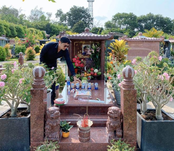 1 năm ngày mất nghệ sĩ Anh Vũ: Đồng nghiệp chia ca lên mộ, Hồng Vân đau nhói vì không thể cúng cơm - Ảnh 2.