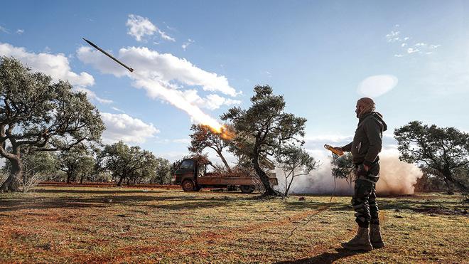 Thùng thuốc súng Idlib chờ giờ khai hỏa: Syria dàn trận, TNK dồn hỏa lực mạnh ém quân - Ảnh 2.