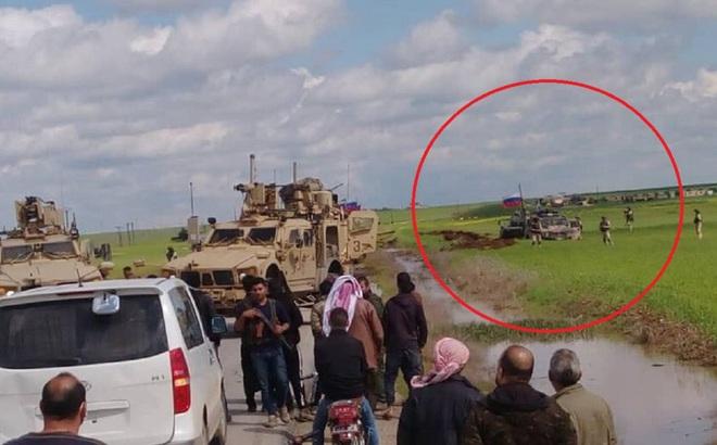 QĐ Mỹ chặn đường, buộc đoàn xe bọc thép Nga quay đầu lao xuống ruộng ở Đông Bắc Syria
