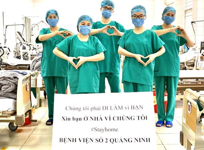 Xúc động khoảnh khắc bác sĩ Bệnh viện dã chiến số 2 Quảng Ninh gặp vợ và nói chuyện từ xa qua hàng rào chắn - Ảnh 4.