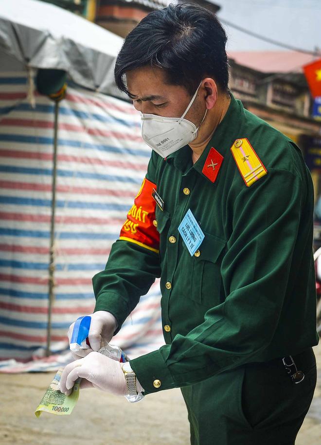 Cảnh mua bán đặc biệt tại thôn Hạ Lôi, nơi có 4 người mắc COVID-19 - Ảnh 6.