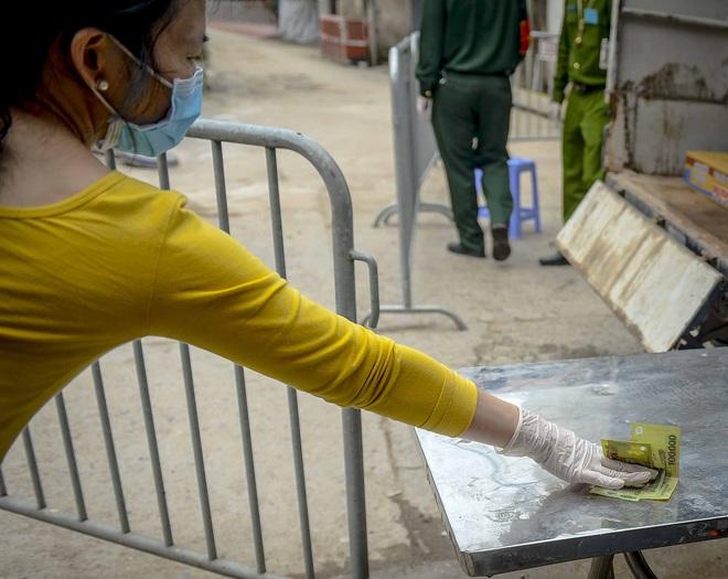 Cảnh mua bán đặc biệt tại thôn Hạ Lôi, nơi có 4 người mắc COVID-19 - Ảnh 5.