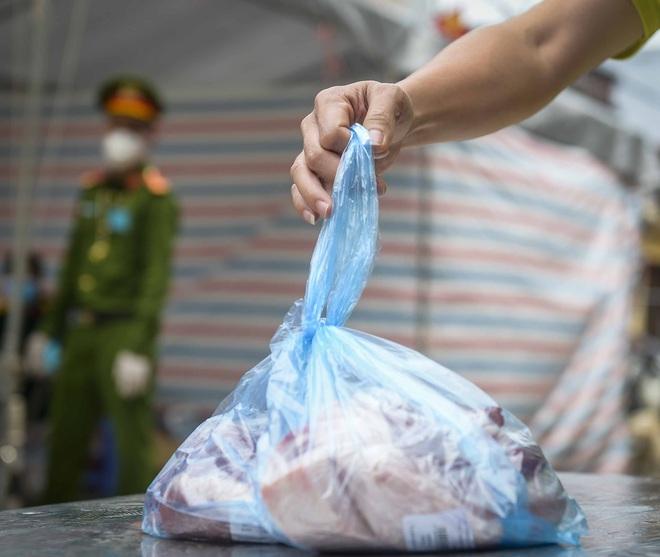 Cảnh mua bán đặc biệt tại thôn Hạ Lôi, nơi có 4 người mắc COVID-19 - Ảnh 4.