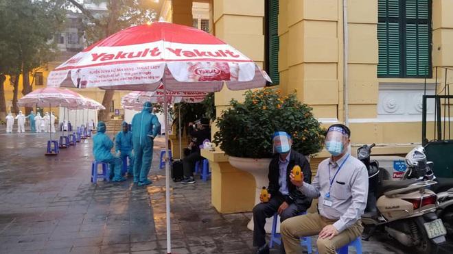 Giải cứu trái cây, cô chủ xinh đẹp làm 10.000 chai nước ép gửi các y bác sỹ chống dịch Covid - Ảnh 5.