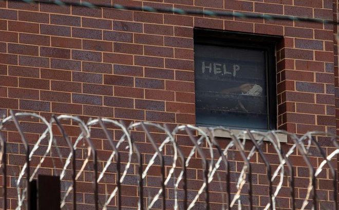 Nhà tù ở Mỹ trở thành ổ dịch Covid-19, các tù nhân lo sợ viết lời kêu cứu trên cửa kính