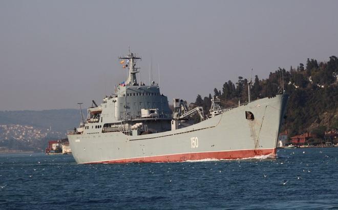 Tàu tấn công đổ bộ HQ Nga chất đầy xe tăng, xe bọc thép rẽ sóng tiến về Syria