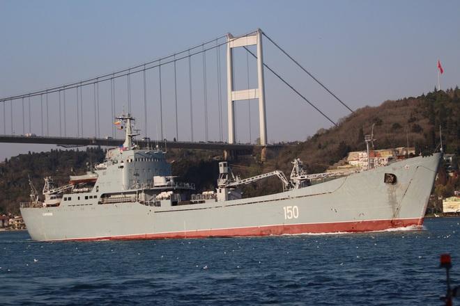 Tàu tấn công đổ bộ HQ Nga chất đầy xe tăng, xe bọc thép rẽ sóng tiến về Syria - Ảnh 1.