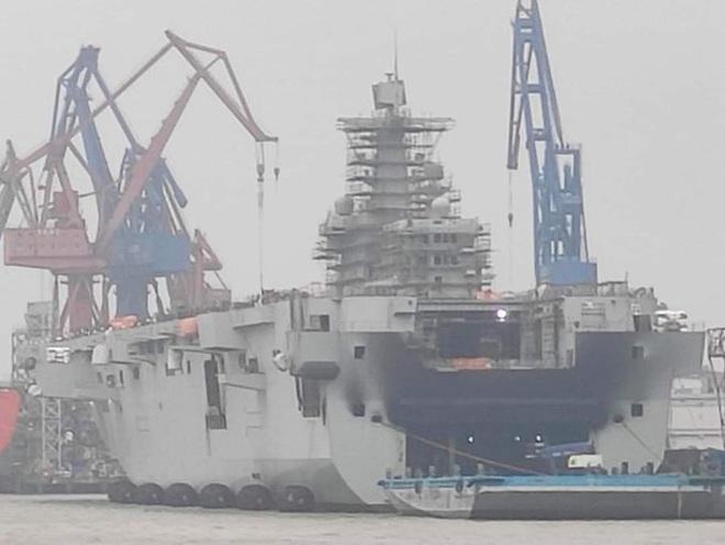 Tàu chiến siêu lớn của Hải quân Trung Quốc bốc cháy, khói đen bốc lên ngùn ngụt - Ảnh 1.