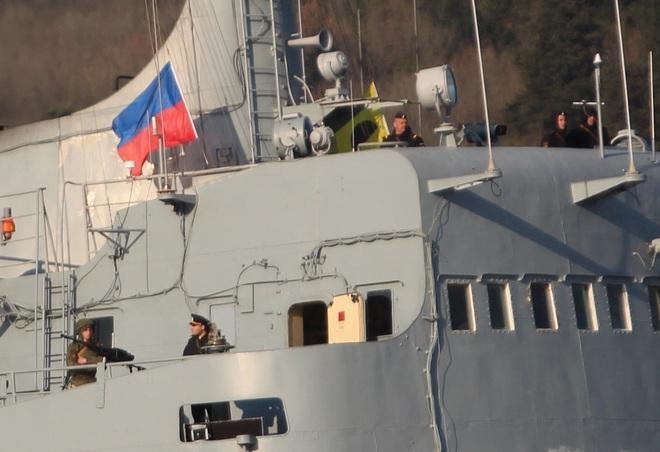 Tàu tấn công đổ bộ HQ Nga chất đầy xe tăng, xe bọc thép rẽ sóng tiến về Syria - Ảnh 2.