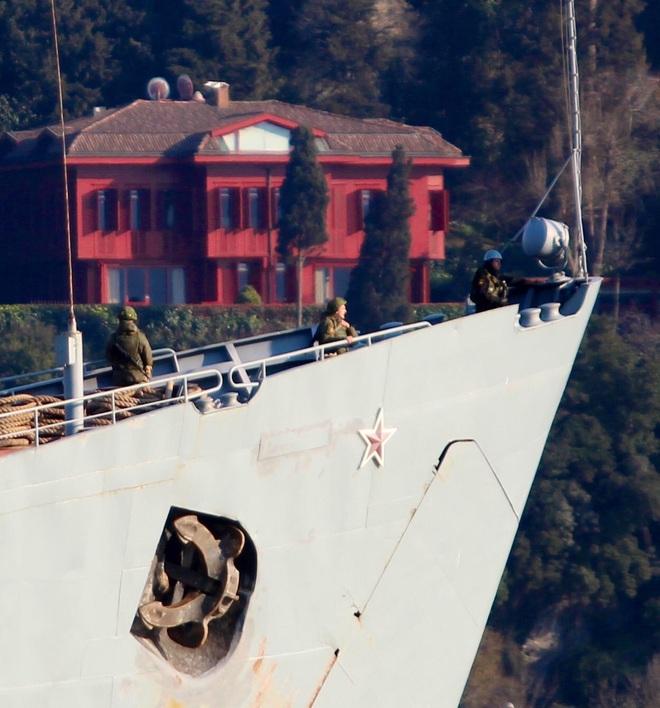 Tàu tấn công đổ bộ HQ Nga chất đầy xe tăng, xe bọc thép rẽ sóng tiến về Syria - Ảnh 3.