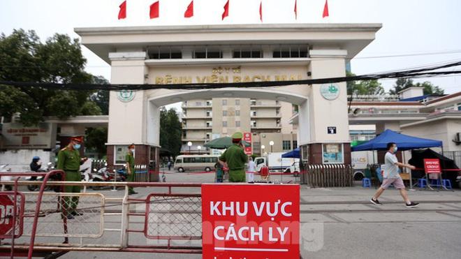 Bệnh viện Bạch Mai ra sao trước giờ gỡ bỏ lệnh cách ly? Diễn biến mới nhất về sức khỏe của 4 ca mắc COVID-19 nặng ở Việt Nam - Ảnh 1.