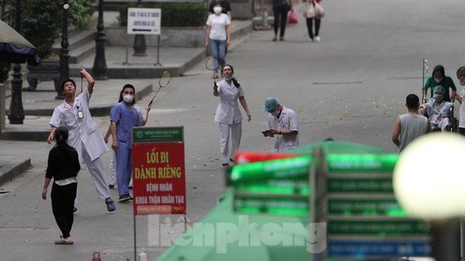 Bệnh viện Bạch Mai ra sao trước giờ gỡ bỏ lệnh cách ly? Diễn biến mới nhất về sức khỏe của 4 ca mắc COVID-19 nặng ở Việt Nam - Ảnh 4.