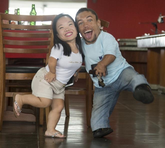Cặp đôi nhỏ bé nhất thế giới cao chưa đầy 1m: Quen biết trên mạng, chàng bị nàng block vì nhạt nhẽo nhưng cuối cùng cũng nên duyên chồng vợ - Ảnh 6.