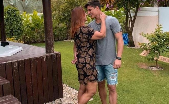 Mẹ ruột Neymar gây sốc khi đăng ảnh thân mật với người mẫu 22 tuổi vốn là fan của con trai