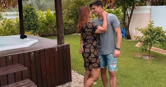 Mẹ ruột Neymar gây sốc khi đăng ảnh thân mật với người mẫu 22 tuổi vốn là fan của con trai - Ảnh 1.