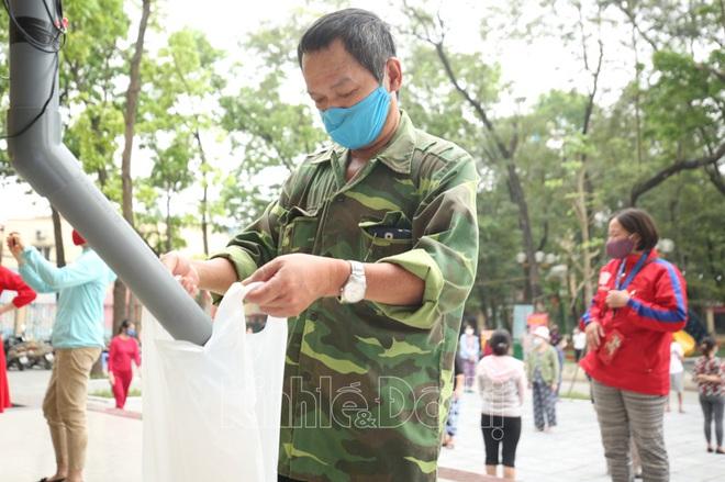 [Ảnh] Hà Nội đã có máy ATM phát gạo miễn phí cho người nghèo - Ảnh 6.