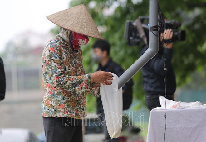 [Ảnh] Hà Nội đã có máy ATM phát gạo miễn phí cho người nghèo - Ảnh 8.
