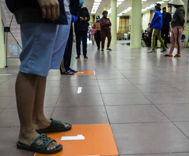 [Ảnh] Nhiều người đội mưa đến nhận gạo tại cây ATM gạo miễn phí ở Hà Nội - Ảnh 5.