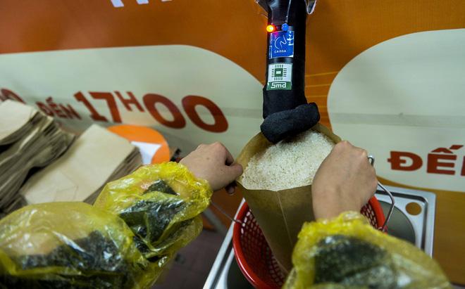 [Ảnh] Nhiều người đội mưa đến nhận gạo tại cây ATM gạo miễn phí ở Hà Nội - Ảnh 11.