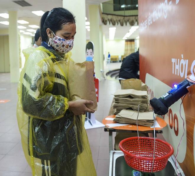 [Ảnh] Nhiều người đội mưa đến nhận gạo tại cây ATM gạo miễn phí ở Hà Nội - Ảnh 12.