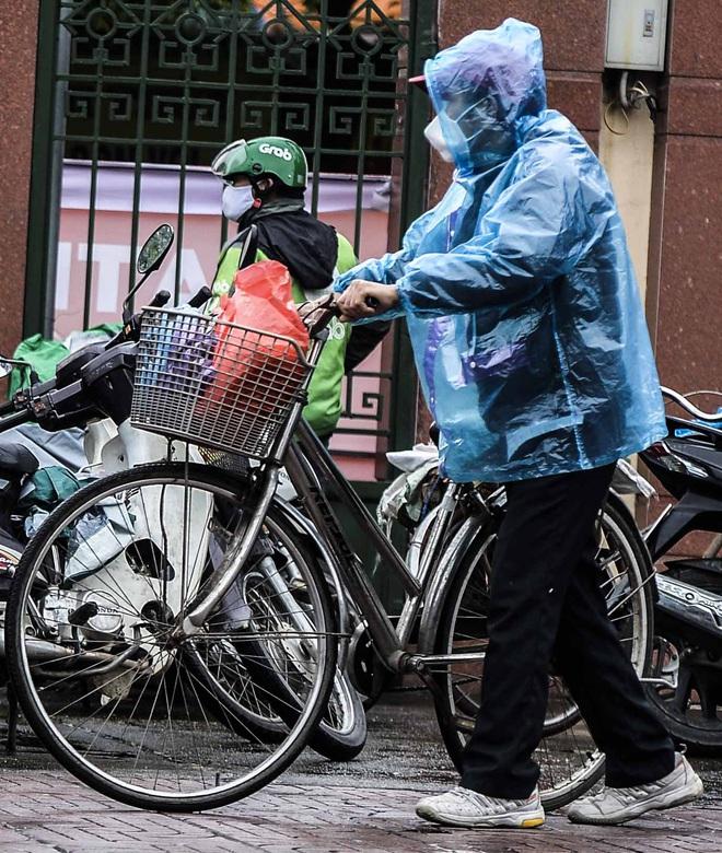 [Ảnh] Nhiều người đội mưa đến nhận gạo tại cây ATM gạo miễn phí ở Hà Nội - Ảnh 16.