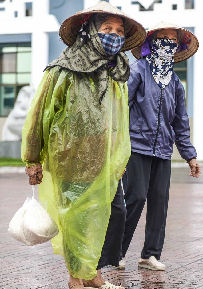 [Ảnh] Nhiều người đội mưa đến nhận gạo tại cây ATM gạo miễn phí ở Hà Nội - Ảnh 15.