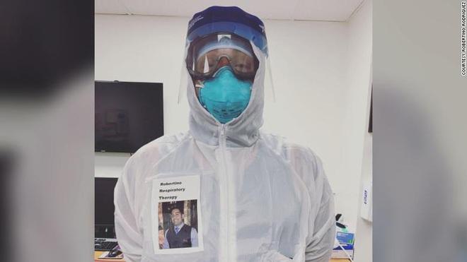 Nụ cười bên ngoài bộ đồ bảo hộ: Bác sĩ Mỹ đề xuất ý tưởng giúp bệnh viện thời COVID-19 trở nên bớt đáng sợ - Ảnh 1.