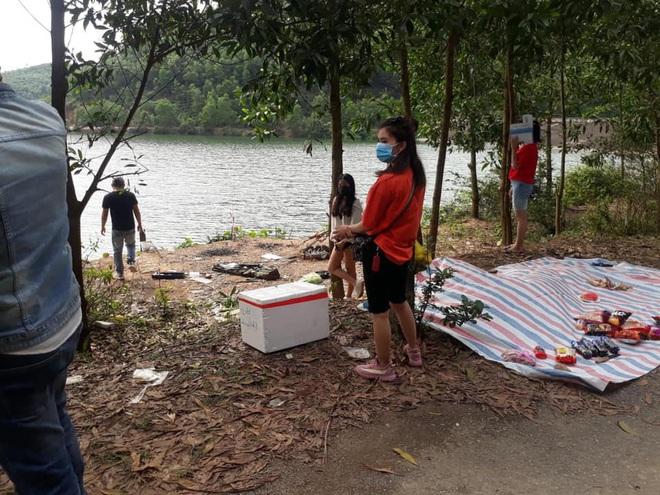 Bắt quả tang 9 nam nữ tụ tập ăn uống dã ngoại bên bờ hồ trong thời gian cách ly xã hội - Ảnh 2.