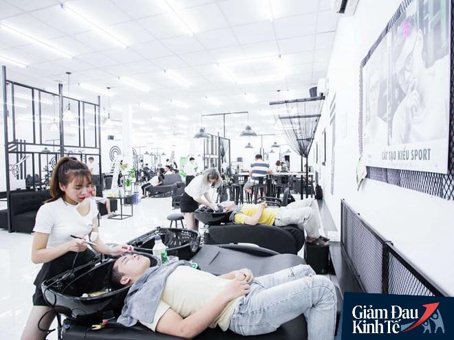 """CEO chuỗi cắt tóc đàn ông lớn nhất Việt Nam: Sợ khách hàng ở nhà lâu quá không chịu nổi, tự cắt trọc hết thì 30Shine thất nghiệp dài"""" - Ảnh 1."""