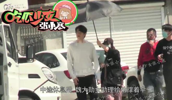 Làng giải trí Hoa ngữ chấn động vì loạt ảnh Dương Mịch đi khách sạn cùng tình trẻ kém 3 tuổi - Ảnh 2.
