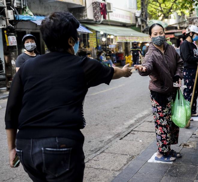 [Ảnh] Khu chợ độc đáo tại Hà Nội, người bán đứng cách người mua 2 mét trên vạch kẻ sơn - Ảnh 6.
