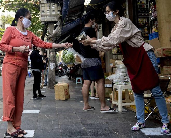 [Ảnh] Khu chợ độc đáo tại Hà Nội, người bán đứng cách người mua 2 mét trên vạch kẻ sơn - Ảnh 7.