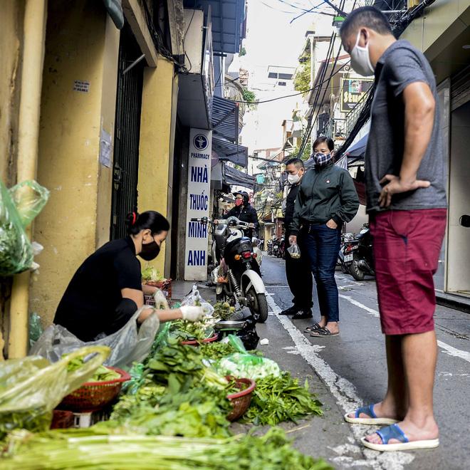 [Ảnh] Khu chợ độc đáo tại Hà Nội, người bán đứng cách người mua 2 mét trên vạch kẻ sơn - Ảnh 11.