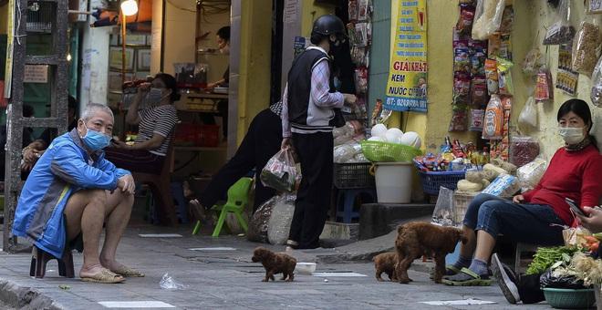 [Ảnh] Khu chợ độc đáo tại Hà Nội, người bán đứng cách người mua 2 mét trên vạch kẻ sơn - Ảnh 9.