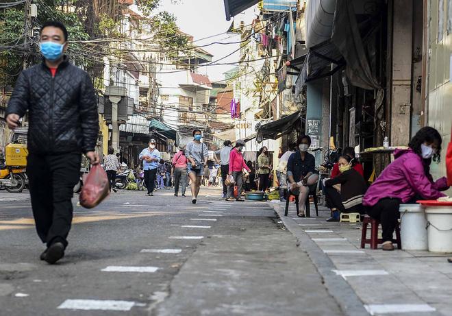 [Ảnh] Khu chợ độc đáo tại Hà Nội, người bán đứng cách người mua 2 mét trên vạch kẻ sơn - Ảnh 3.