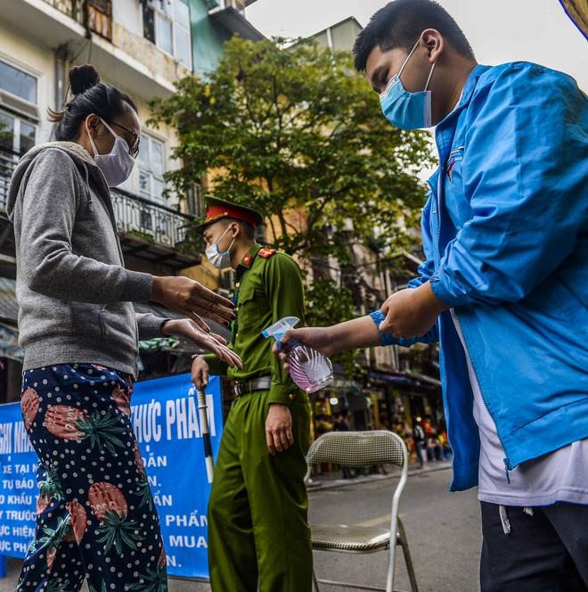 [Ảnh] Khu chợ độc đáo tại Hà Nội, người bán đứng cách người mua 2 mét trên vạch kẻ sơn - Ảnh 2.