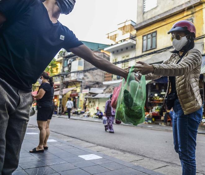 [Ảnh] Khu chợ độc đáo tại Hà Nội, người bán đứng cách người mua 2 mét trên vạch kẻ sơn - Ảnh 8.