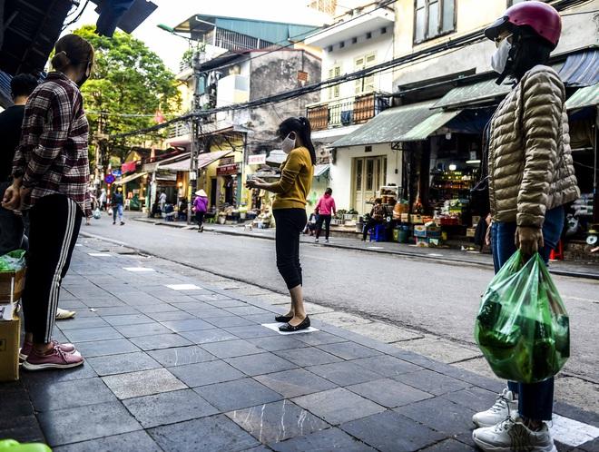 [Ảnh] Khu chợ độc đáo tại Hà Nội, người bán đứng cách người mua 2 mét trên vạch kẻ sơn - Ảnh 5.