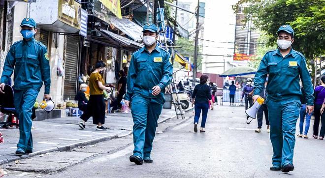 [Ảnh] Khu chợ độc đáo tại Hà Nội, người bán đứng cách người mua 2 mét trên vạch kẻ sơn - Ảnh 10.
