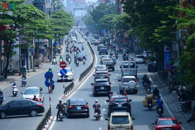 Đường phố Hà Nội đông nghịt người trong ngày thứ 15 cách ly xã hội - Ảnh 1.