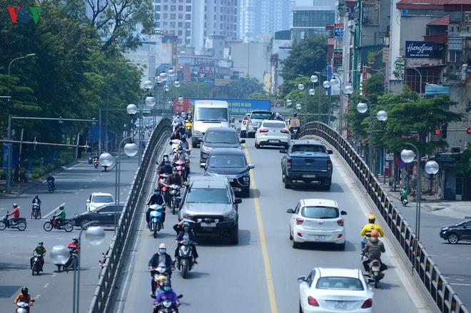 Đường phố Hà Nội đông nghịt người trong ngày thứ 15 cách ly xã hội - Ảnh 2.