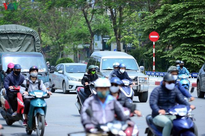 Đường phố Hà Nội đông nghịt người trong ngày thứ 15 cách ly xã hội - Ảnh 11.