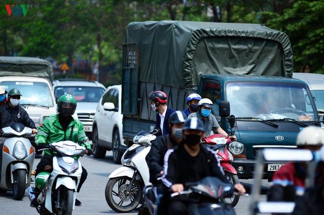 Đường phố Hà Nội đông nghịt người trong ngày thứ 15 cách ly xã hội - Ảnh 12.