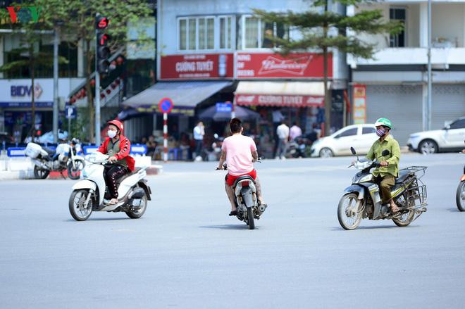 Đường phố Hà Nội đông nghịt người trong ngày thứ 15 cách ly xã hội - Ảnh 13.