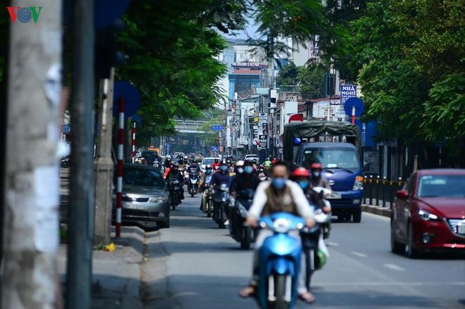 Đường phố Hà Nội đông nghịt người trong ngày thứ 15 cách ly xã hội - Ảnh 3.