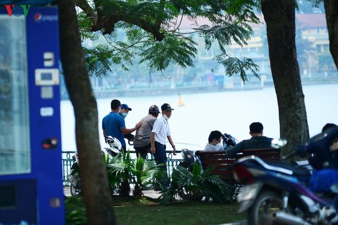 Đường phố Hà Nội đông nghịt người trong ngày thứ 15 cách ly xã hội - Ảnh 4.