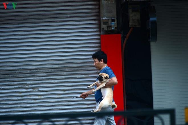 Đường phố Hà Nội đông nghịt người trong ngày thứ 15 cách ly xã hội - Ảnh 5.